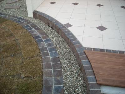 芝貼りとタイルテラスはレンガで縁取り