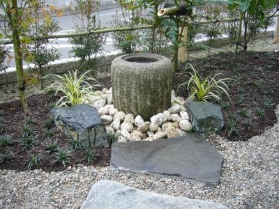 ミカゲ石の手水鉢