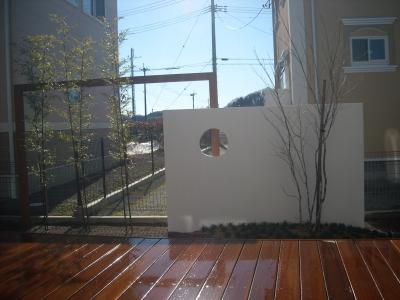 和モダンの庭/塗り壁とウリンフレーム