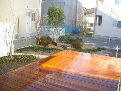 和モダンの庭/ウッドデッキからの眺め