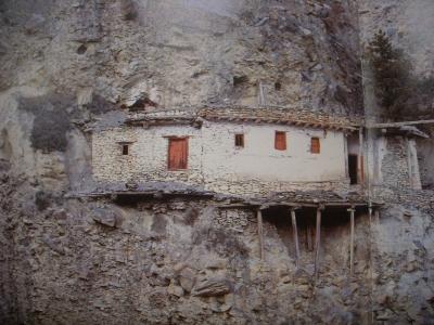 崖の途中の建物?