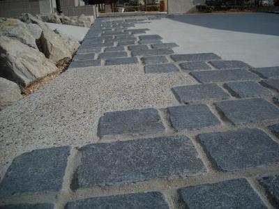 石畳と洗い出しのアプローチ