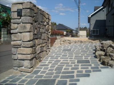 外壁と同素材の門壁