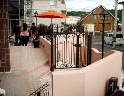 宮城県富谷町/玄関ポーチからお庭を見る/エクステリア&ガーデンのジーランド