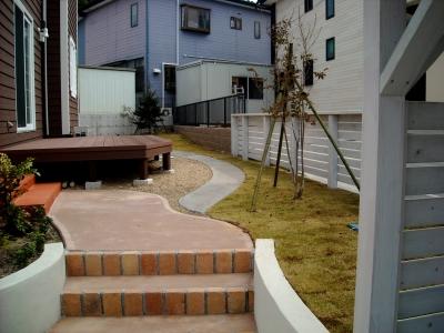 宮城県多賀城市/アプローチから見たお庭/エクステリア&ガーデンのジーランド