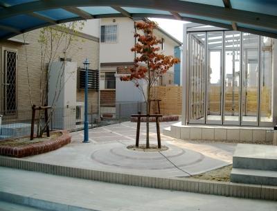 宮城県名取市/カーポートから見るお庭/エクステリア&ガーデンのジーランド