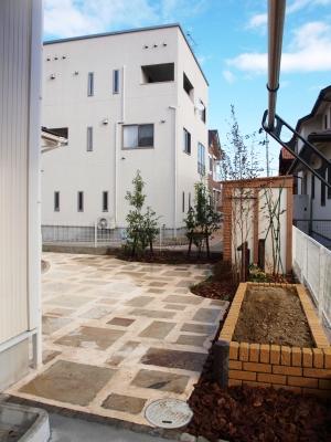 宮城県仙台市/駐輪スペースから見たお庭/エクステリア&ガーデンのジーランド